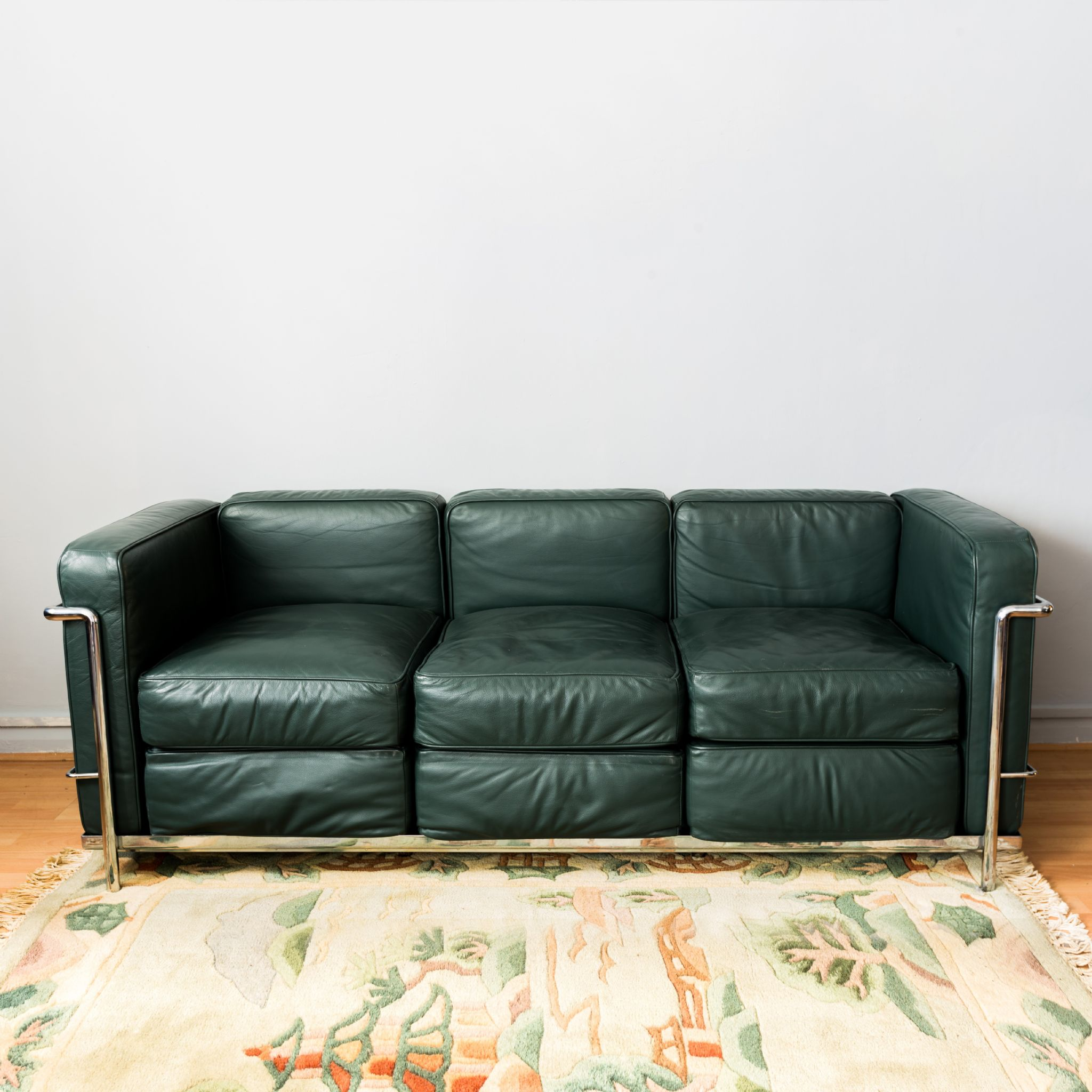 stylish sofa uk how to clean a cushion le corbusier lc2 green leather
